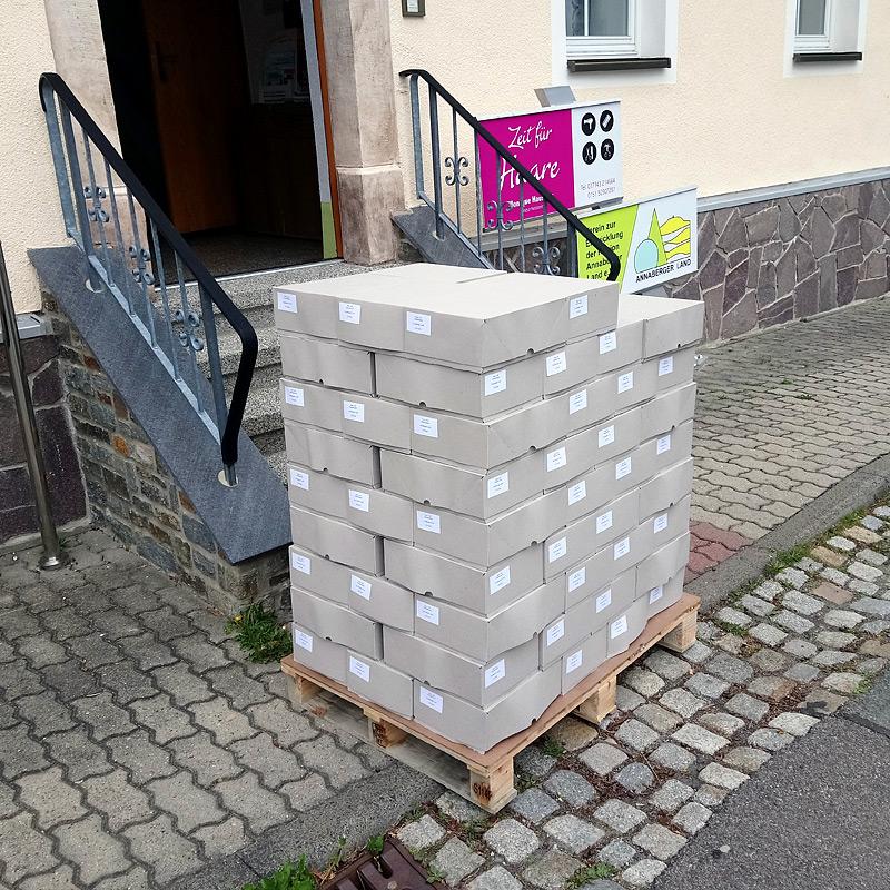 Ankunft der neuen Rad- und Wanderkarten in Arnsfeld